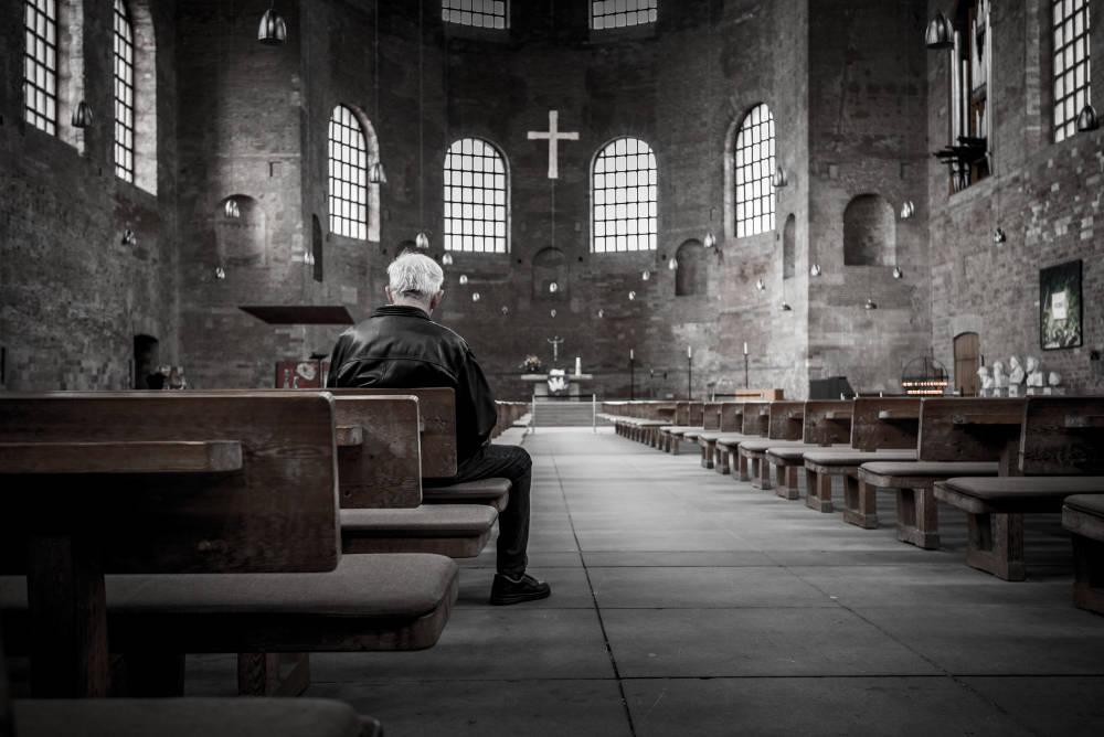 Eldre mann i kirkerom
